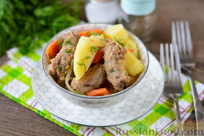 Фото к рецепту: Картошка, тушенная с куриными шейками