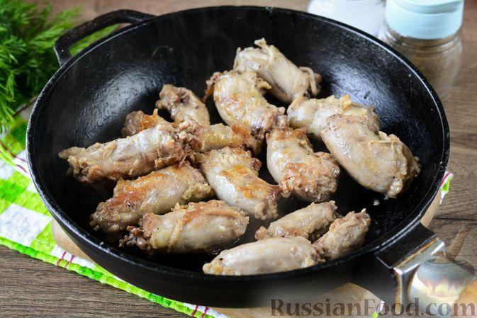 Фото приготовления рецепта: Картошка, тушенная с куриными шейками - шаг №3