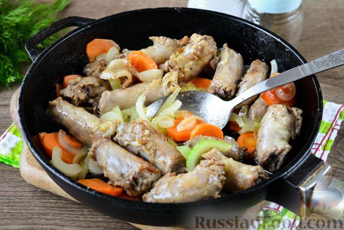 Фото приготовления рецепта: Картошка, тушенная с куриными шейками - шаг №6