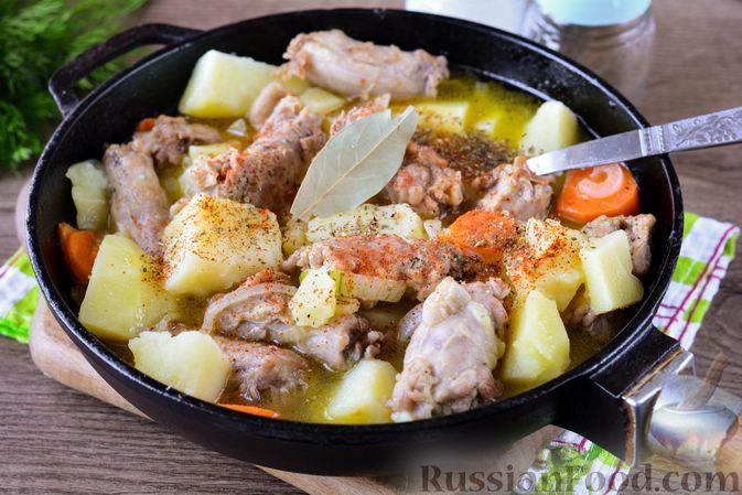 Фото приготовления рецепта: Картошка, тушенная с куриными шейками - шаг №10