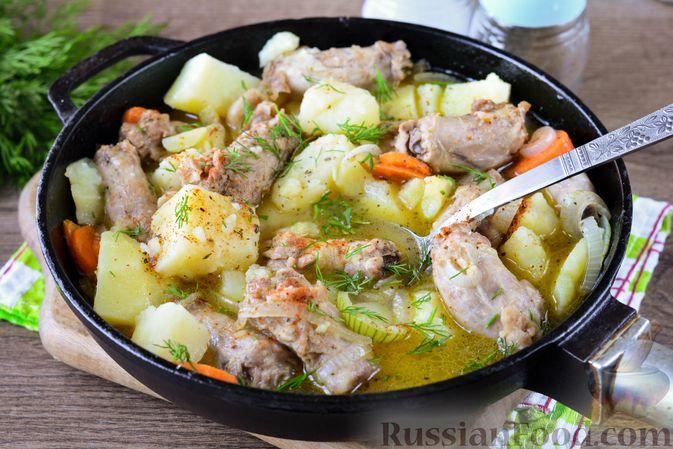 Фото приготовления рецепта: Картошка, тушенная с куриными шейками - шаг №11