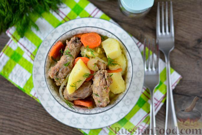 Фото приготовления рецепта: Картошка, тушенная с куриными шейками - шаг №12