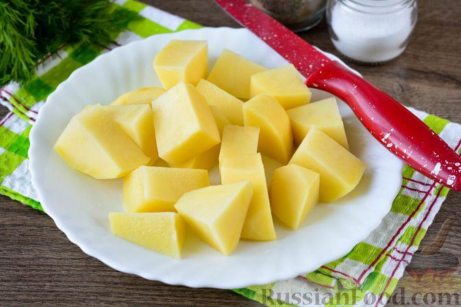 Фото приготовления рецепта: Картошка, тушенная с куриными шейками - шаг №7