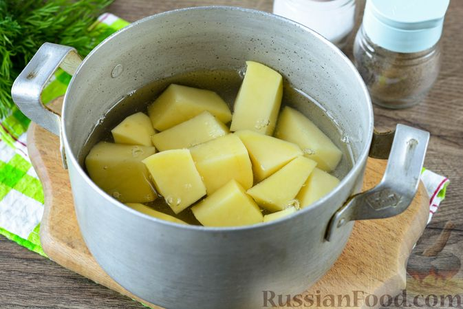 Фото приготовления рецепта: Картошка, тушенная с куриными шейками - шаг №8