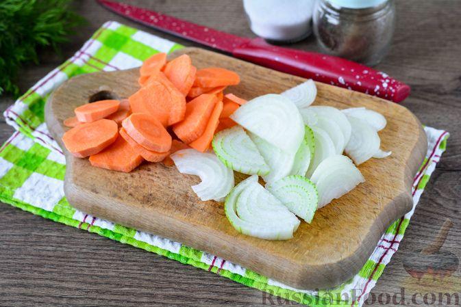 Фото приготовления рецепта: Картошка, тушенная с куриными шейками - шаг №4