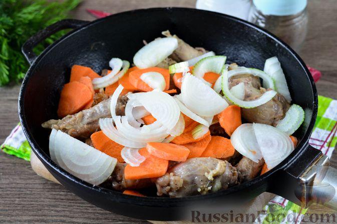 Фото приготовления рецепта: Картошка, тушенная с куриными шейками - шаг №5
