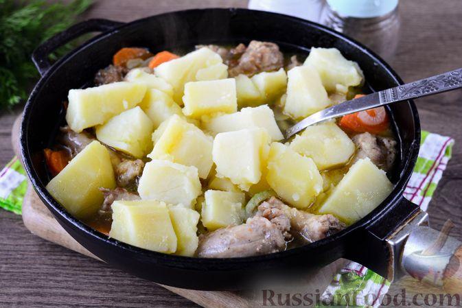 Фото приготовления рецепта: Картошка, тушенная с куриными шейками - шаг №9