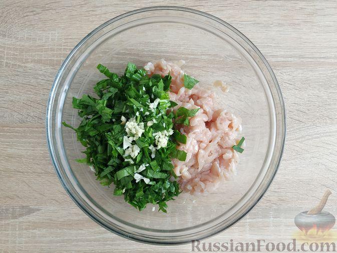 Фото приготовления рецепта: Рубленые куриные котлеты со шпинатом и яичными белками - шаг №5
