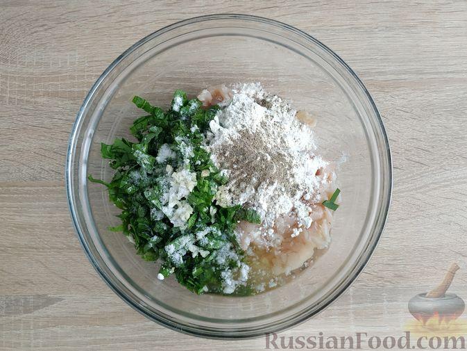 Фото приготовления рецепта: Рубленые куриные котлеты со шпинатом и яичными белками - шаг №6