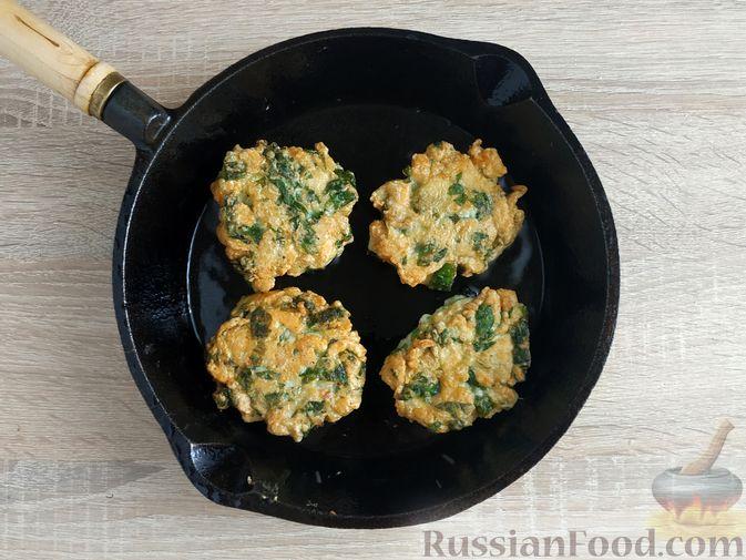 Фото приготовления рецепта: Рубленые куриные котлеты со шпинатом и яичными белками - шаг №9