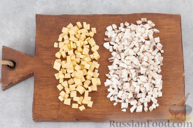Фото приготовления рецепта: Яичница в булочке, с грибами и сыром (в духовке) - шаг №4