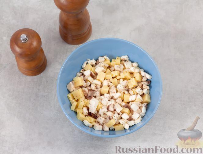 Фото приготовления рецепта: Яичница в булочке, с грибами и сыром (в духовке) - шаг №5