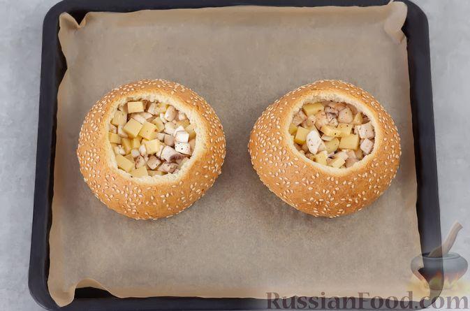 Фото приготовления рецепта: Яичница в булочке, с грибами и сыром (в духовке) - шаг №6