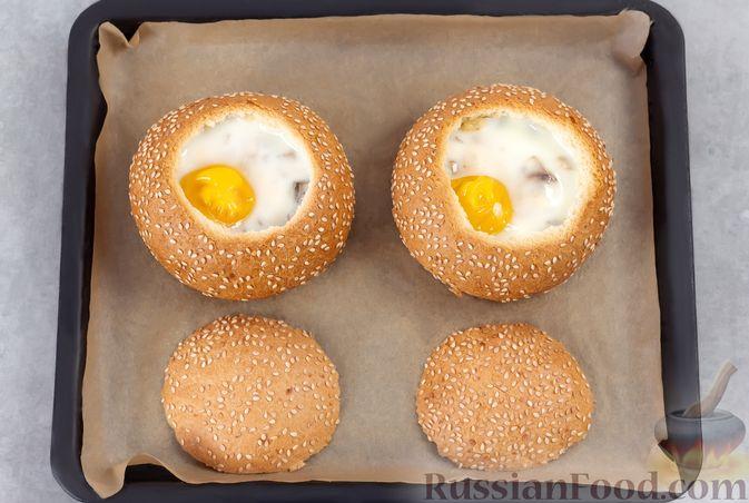 Фото приготовления рецепта: Яичница в булочке, с грибами и сыром (в духовке) - шаг №8