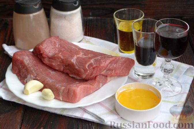 Фото приготовления рецепта: Бифштекс в маринаде с соевым соусом, чесноком и мёдом - шаг №1
