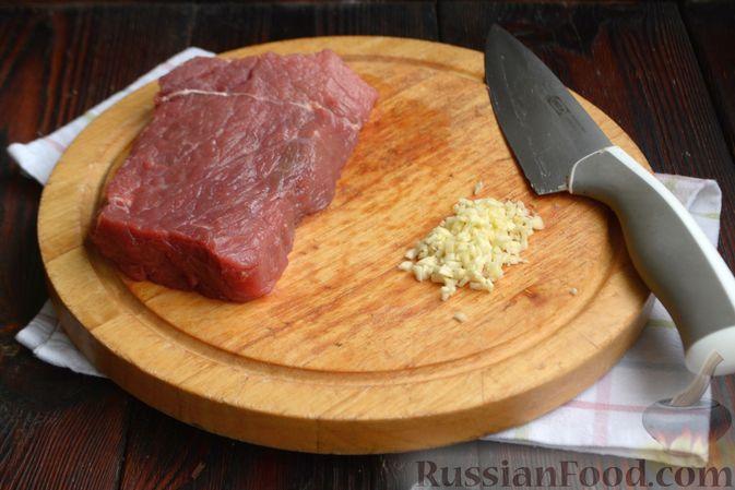 Фото приготовления рецепта: Бифштекс в маринаде с соевым соусом, чесноком и мёдом - шаг №2