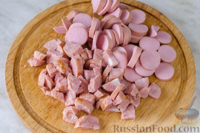 Фото приготовления рецепта: Щи с копченой колбасой и сосисками - шаг №15