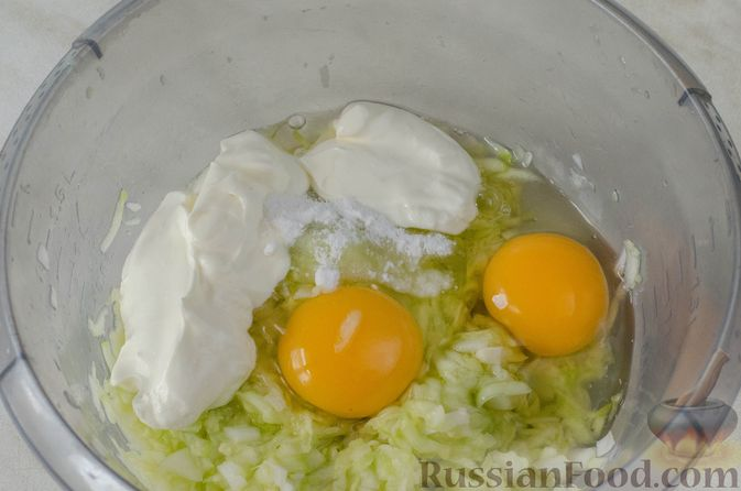 Фото приготовления рецепта: Рулет из кабачков с творожно-сырной начинкой и сладким перцем - шаг №7