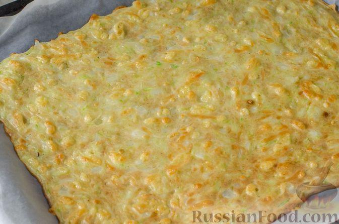 Фото приготовления рецепта: Рулет из кабачков с творожно-сырной начинкой и сладким перцем - шаг №12