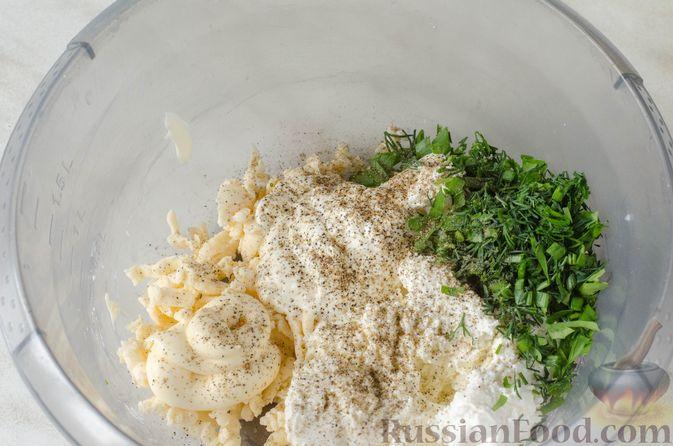 Фото приготовления рецепта: Рулет из кабачков с творожно-сырной начинкой и сладким перцем - шаг №15