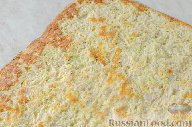 Фото приготовления рецепта: Рулет из кабачков с творожно-сырной начинкой и сладким перцем - шаг №17