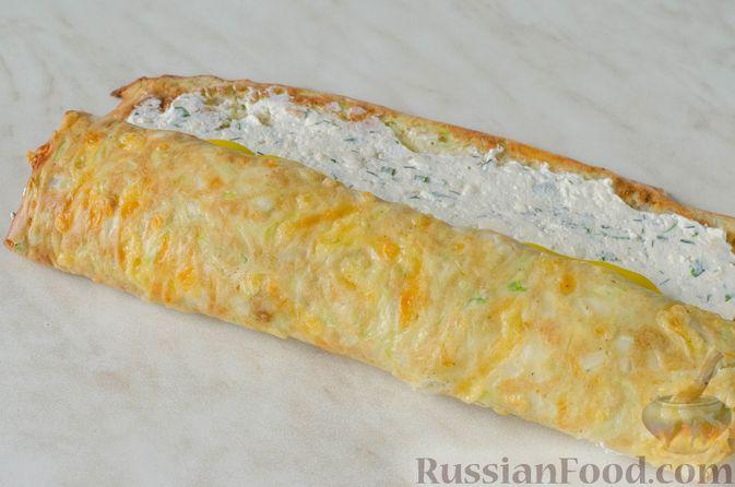 Фото приготовления рецепта: Рулет из кабачков с творожно-сырной начинкой и сладким перцем - шаг №20