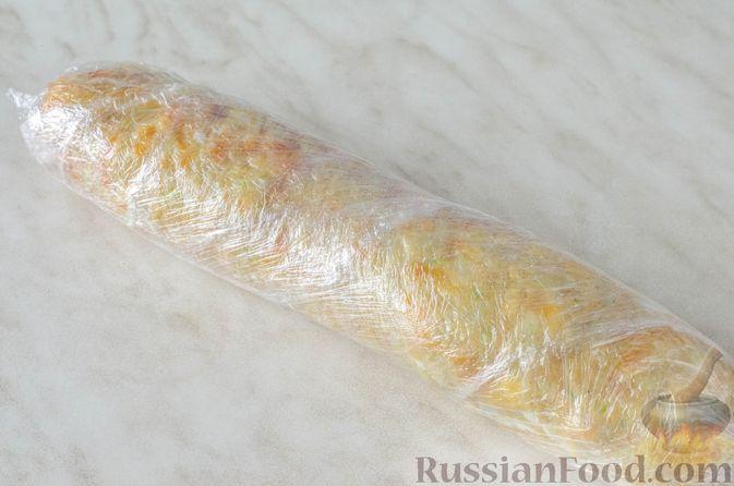 Фото приготовления рецепта: Рулет из кабачков с творожно-сырной начинкой и сладким перцем - шаг №21