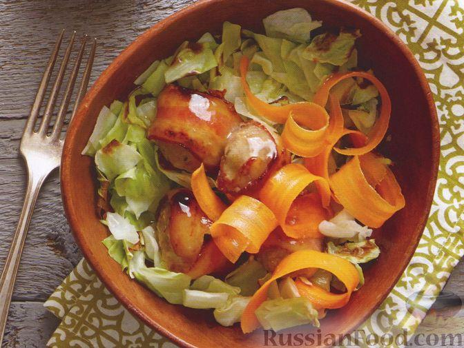 Фото к рецепту: Капустный салат с морковью и фрикадельками в беконе