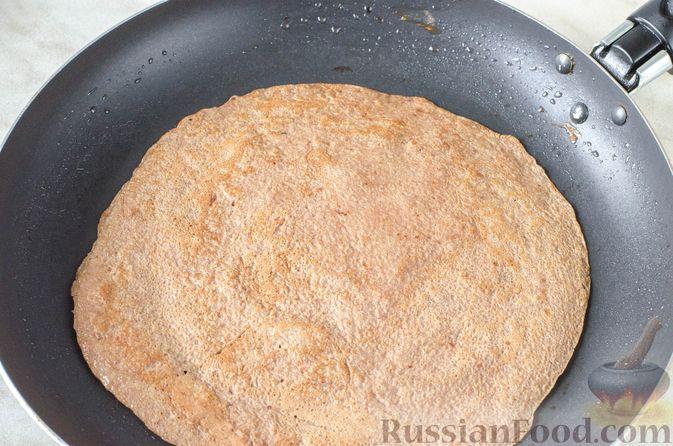 Фото приготовления рецепта: Печёночный торт с яблоком и грибной начинкой - шаг №7