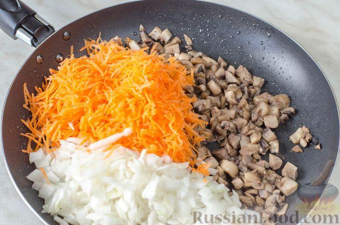 Фото приготовления рецепта: Печёночный торт с яблоком и грибной начинкой - шаг №13