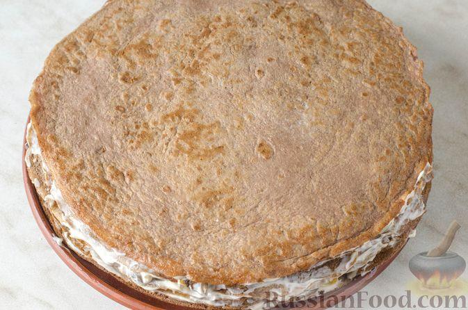 Фото приготовления рецепта: Печёночный торт с яблоком и грибной начинкой - шаг №18