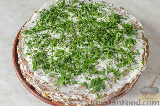 Фото приготовления рецепта: Печёночный торт с яблоком и грибной начинкой - шаг №20