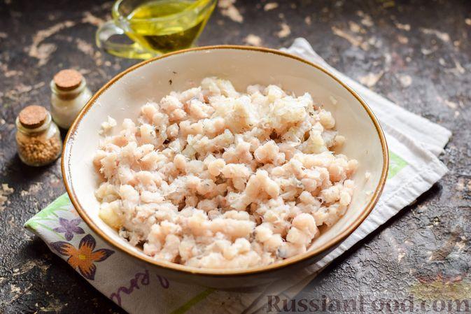 Фото приготовления рецепта: Рыбные котлеты со шпинатом и зелёным горошком - шаг №3