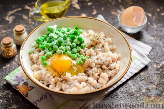 Фото приготовления рецепта: Рыбные котлеты со шпинатом и зелёным горошком - шаг №5
