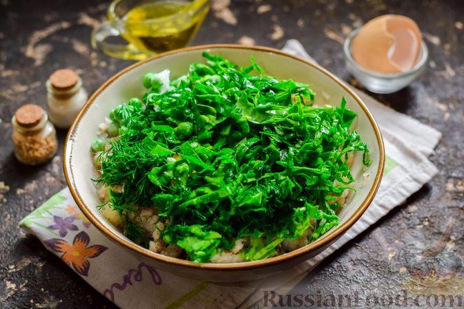 Фото приготовления рецепта: Рыбные котлеты со шпинатом и зелёным горошком - шаг №7