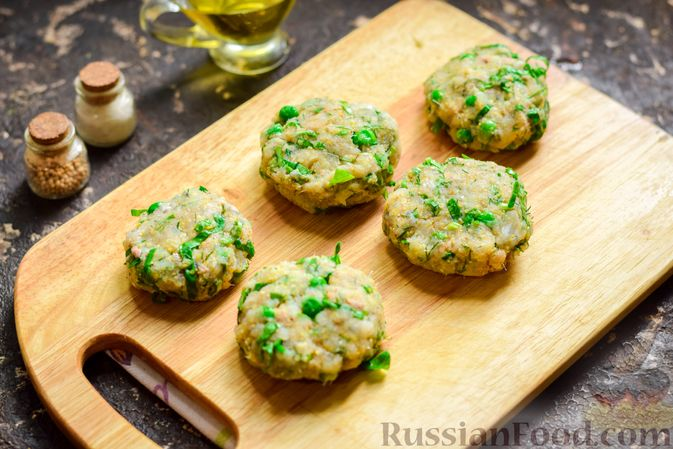 Фото приготовления рецепта: Рыбные котлеты со шпинатом и зелёным горошком - шаг №10