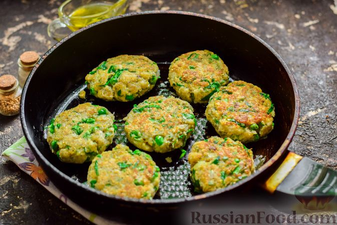Фото приготовления рецепта: Рыбные котлеты со шпинатом и зелёным горошком - шаг №11
