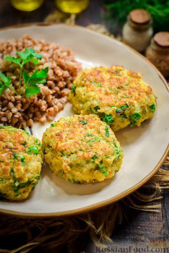 Фото приготовления рецепта: Рыбные котлеты со шпинатом и зелёным горошком - шаг №13