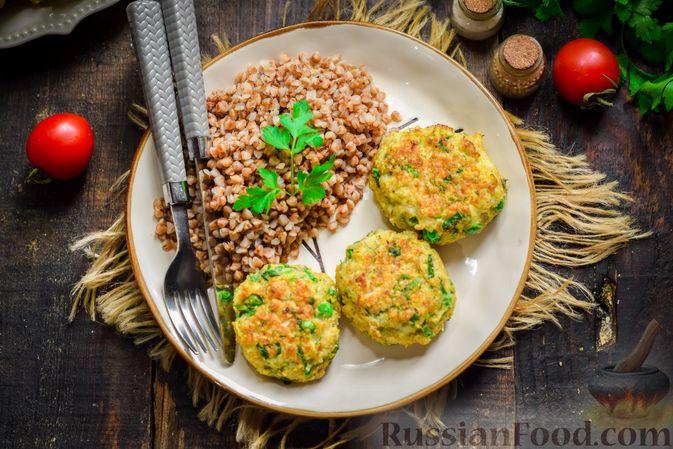 Фото приготовления рецепта: Рыбные котлеты со шпинатом и зелёным горошком - шаг №12