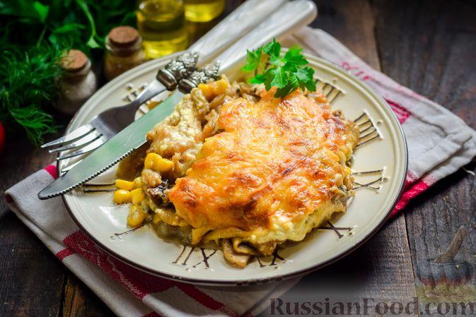 Фото к рецепту: Рыба, запечённая с грибами, луком и кукурузой