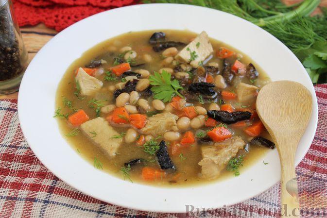 Фото к рецепту: Фасолевый суп с курицей и черносливом