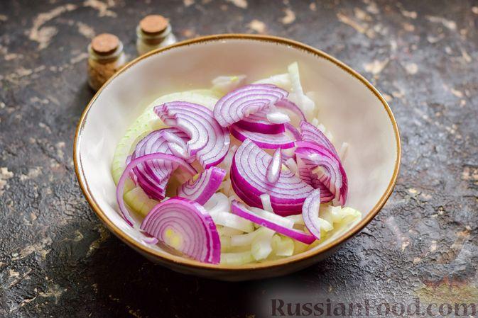Фото приготовления рецепта: Рыба, запечённая с грибами, луком и кукурузой - шаг №2