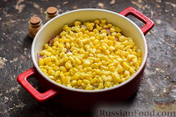 Фото приготовления рецепта: Рыба, запечённая с грибами, луком и кукурузой - шаг №8