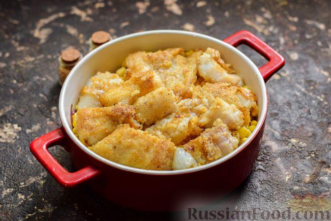 Фото приготовления рецепта: Рыба, запечённая с грибами, луком и кукурузой - шаг №9