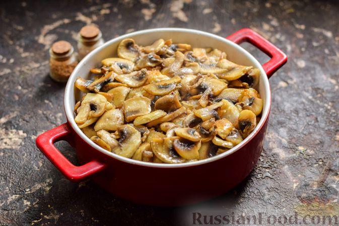 Фото приготовления рецепта: Рыба, запечённая с грибами, луком и кукурузой - шаг №12