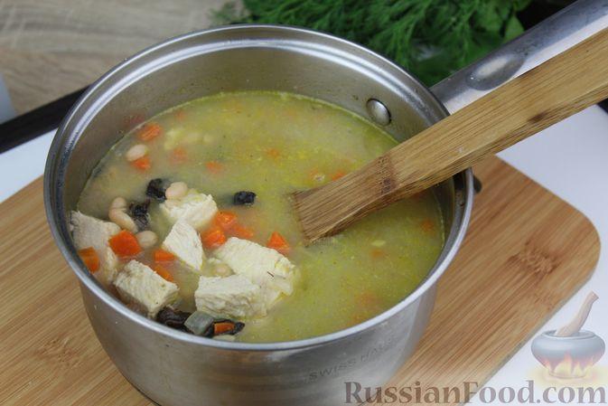 Фото приготовления рецепта: Фасолевый суп с курицей и черносливом - шаг №19