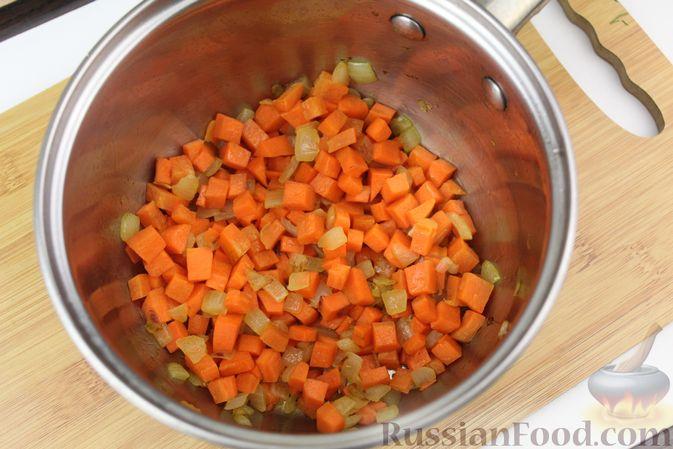 Фото приготовления рецепта: Фасолевый суп с курицей и черносливом - шаг №6