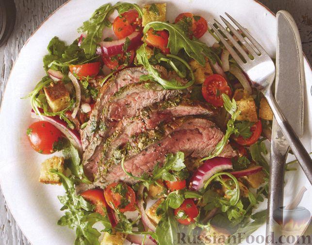 Фото к рецепту: Говяжий стейк с соусом чимичурри и салатом из помидоров