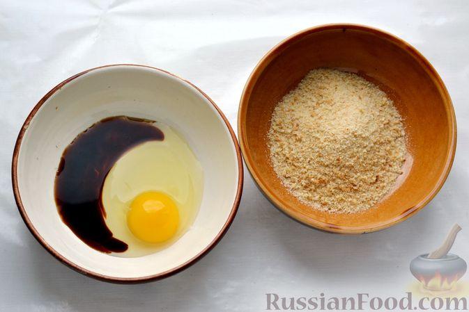 Фото приготовления рецепта: Рыбные палочки в панировочных сухарях и льезоне с соевым соусом - шаг №3