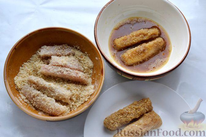 Фото приготовления рецепта: Рыбные палочки в панировочных сухарях и льезоне с соевым соусом - шаг №4